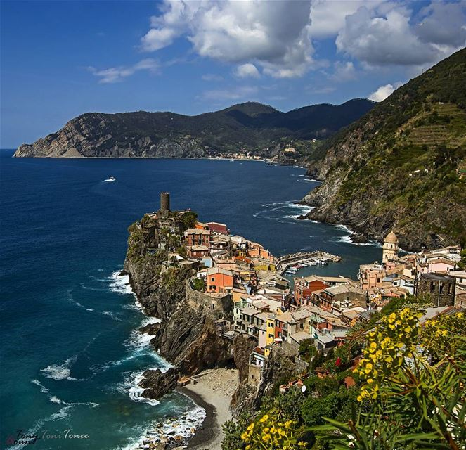 Between the sea and the sky ... cinqueterre italy vernazza ... (Vernazza, Cinque Terre)