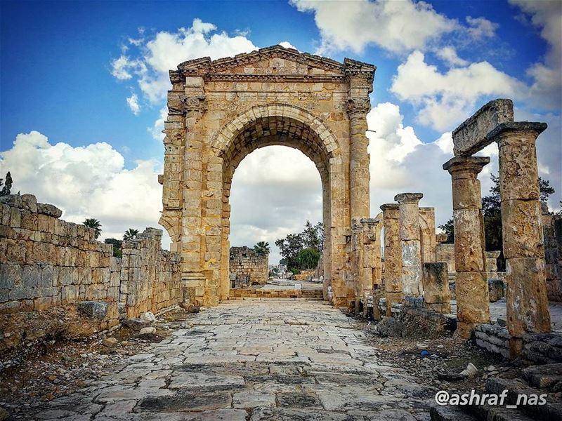 عندك بدي إبقى ويغيبوا الغيابإتعذب وإشقى ويا محلا العذاب...وإذا إنتا بتترك (Roman ruins in Tyre)