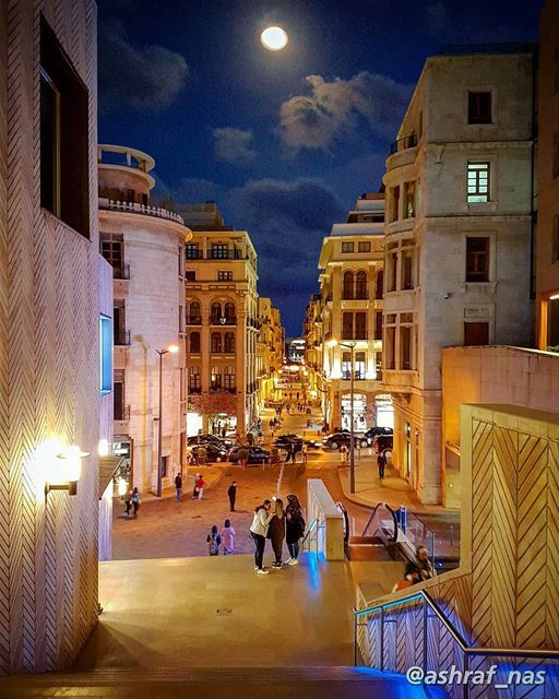 نحنا والقمر جيران بيته خلف تلالنا بيطلع من قبالنا يسمع الألحان...نحنا وال (Beirut, Lebanon)