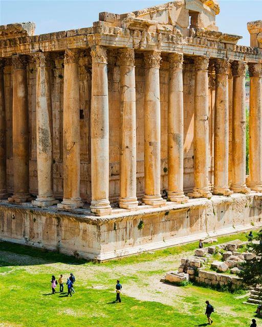 O impressionante Templo de Baco, o Deus do Vinho, em Baalbeck, Líbano,... (Temple of Bacchus)