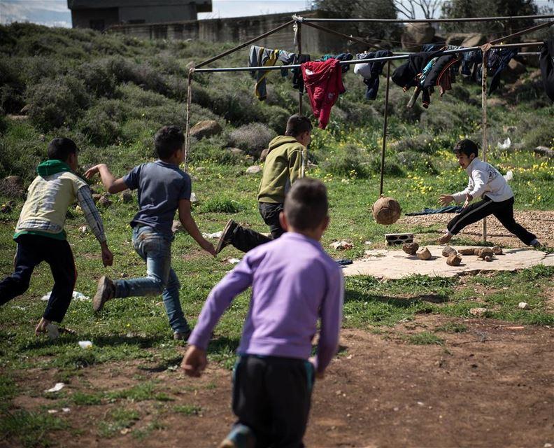 Co tam jakis Real czy Barca ⚽️ mlodzi Syryjczycy graja w pilke gdzie tylko... (`Akkar, Liban-Nord, Lebanon)