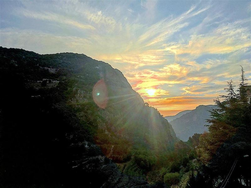 The sunset behind the beautiful mountains lebanon skyporn 🌄😍👌🏼 (Kadisha Valley)
