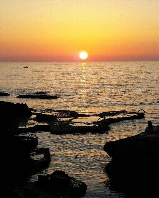 Sunsets are always beautiful💜. sunset beirut ainmreisseh view sun ... (Ain El Mreisse, Beyrouth, Lebanon)
