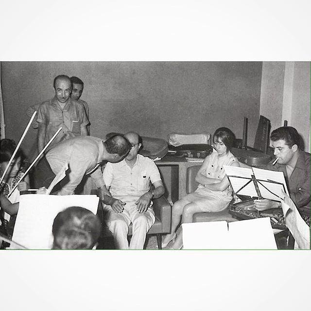 السيدة فيروز والملحن محمد عبد الوهاب في استديو الإذاعة اللبنانية عام ١٩٦٣ .