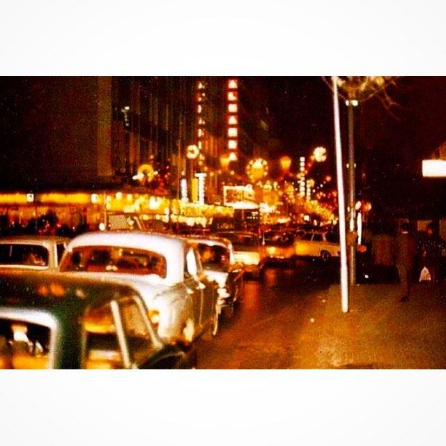 شارع الحمرا عشية أعياد الميلاد ورأس السنة ،