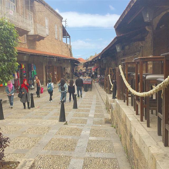Va et Vient 🚶🏻🚶🏻🚶🏽♀️ touristshot marketplace byblos ... (Jbeil-Byblos)