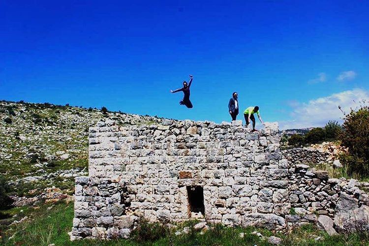 Jumping for joy is good exercise 🤸🏻‍♀️ sanesundays 🍃💙🌾 (Mazraat Et Teffâh, Liban-Nord, Lebanon)
