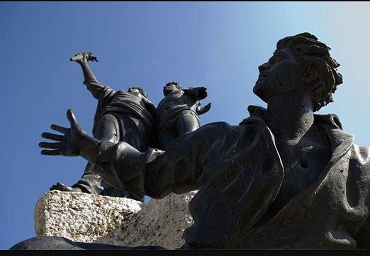 عندما يذهب الشهداء الى النوم اصحوا واحرسهم من هواة الرثاء واقول لهمتصبحو (Martyrs' Square, Beirut)