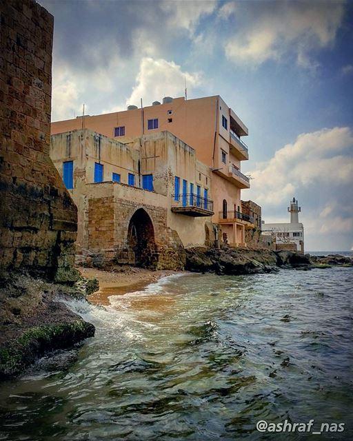يا حلو شو بخاف أني اسألككنو بعد بتحبنيقد البحر قد الدنييبفزع لتضجر من سؤ (Tyre, Lebanon)