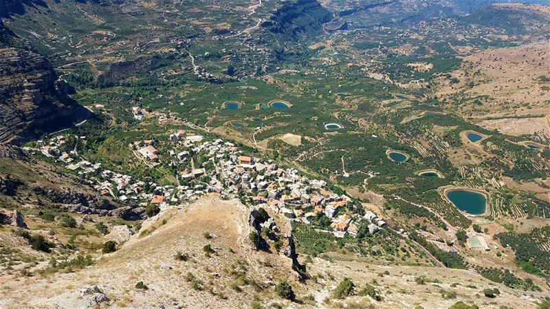 nothing better than hiking in a sunny day 😍 akoura kingsland...