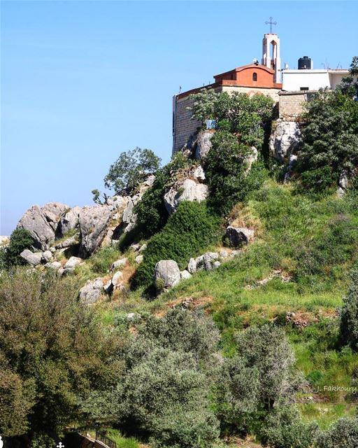 A castle in the sky @livelovemarjeyoun (Mar Elias Marjeyoun)