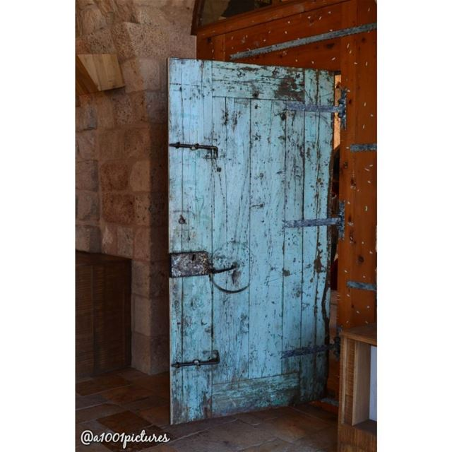 Don't break this old old, it's open you just have to come in! ...... (L'Auberge de la Mer)