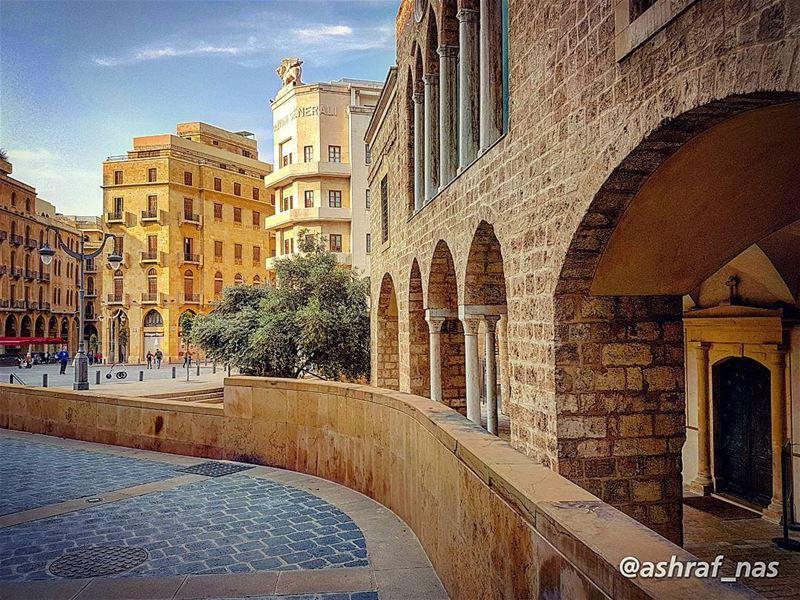 لبيروت... مجدٌ من رمادٍ لبيروتمن دمٍ لولدٍ حُملَ فوق يدهاأطفأت مدينتي قند (Beirut, Lebanon)