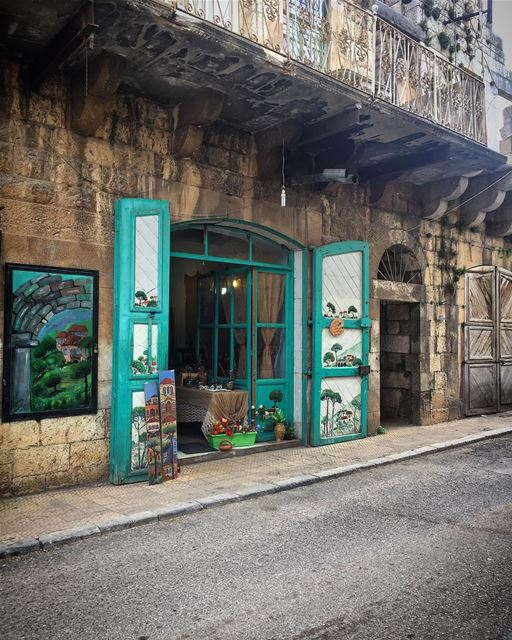 صوب الدكانة نطير حاملين غمار زهور photooftheday travelgram details ... (Douma, Liban-Nord, Lebanon)