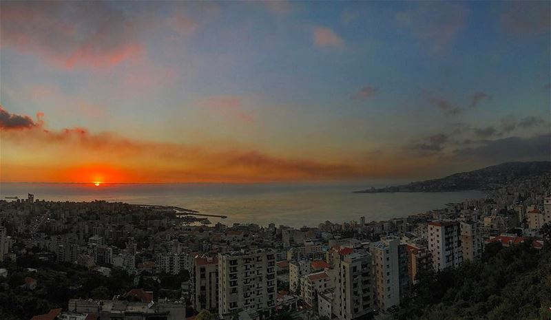 Mondays can't be that bad with sunsets like this one 🌅 lebanon jounieh•... (Joünié)