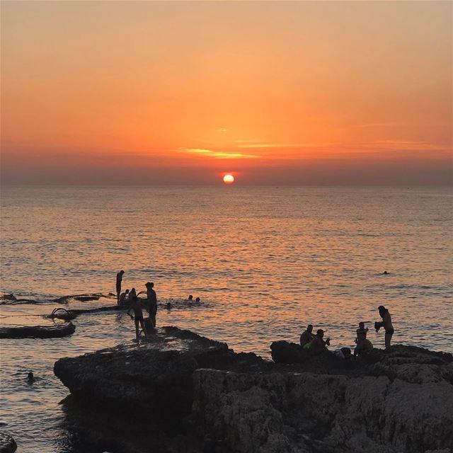 Le coucher du Soleil. 🌅•••••••••••••••••••••••••• prolebanon ... (Ain El Mreisse, Beyrouth, Lebanon)