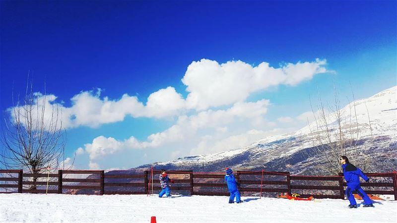Sunny Winter ski mountains clouds family club sun snow ... (Zaarour)