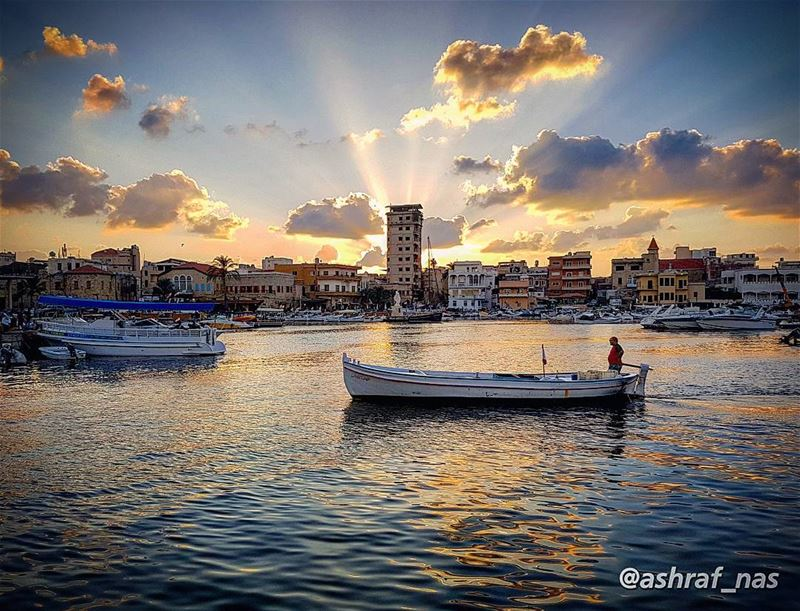 هيلا يا واسع... مركبك راجع... livelovetyre ig_lebanon livelovebeirut ... (Tyre Fishermen Port.)