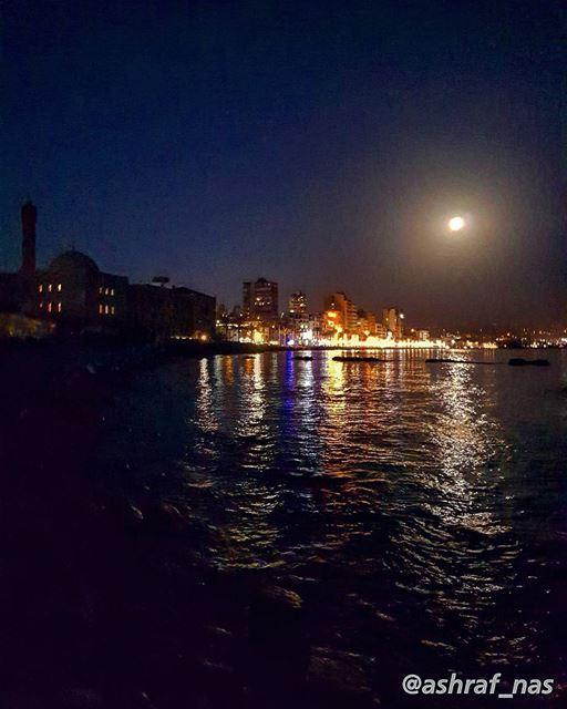 في السهرةِ أنتظر ويطول بي السهرفيسائلني القمر يا حلوة ما الخبر...قأجيبهُ... (Tyre, Lebanon)