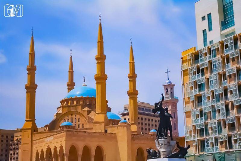 في كتير شهدا بهالبلد راحوا بالحرب الطائفية وهني الكنيسة والجامع ملزوقين ببع (Beirut, Lebanon)