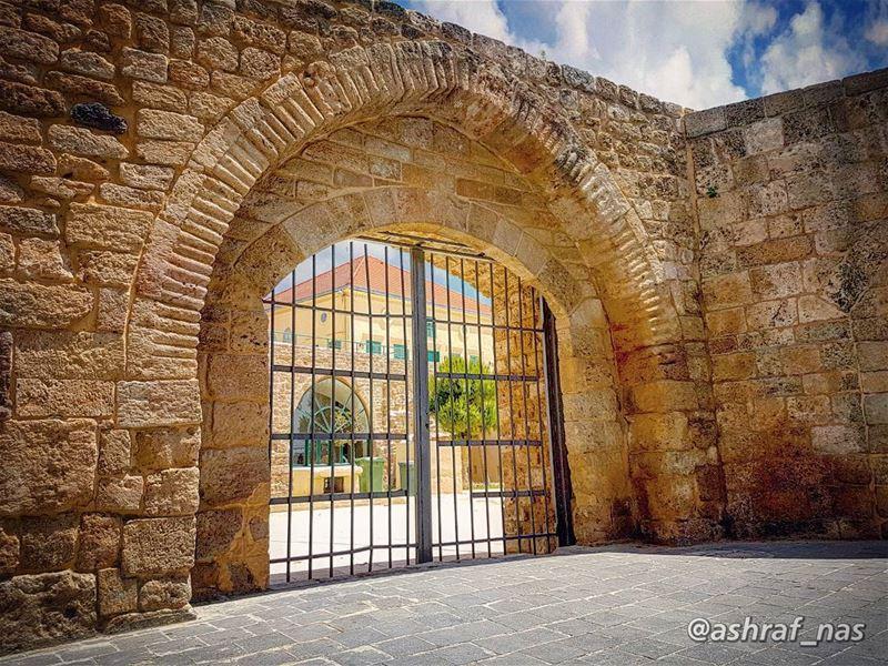 وإذا الأرض مدورة يا حبيبيرح نرجع نتلاقى يا حبيبي...نتلاقي بالبيت بفي القن (Tyre, Lebanon)