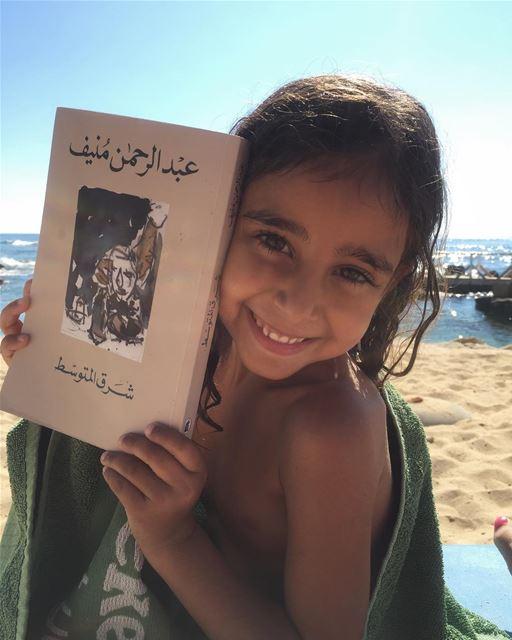 ان تأتي فتاة صغيرة إليك، بالكاد تفك الحرف، وتسئلك ان تصورها مع الكتاب.. ابت (Jiyeh الجية)