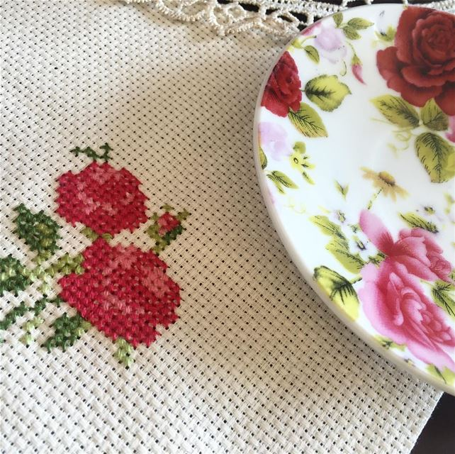 Flower power 🌹 Matching your tableware with our handmade placemat ❣ Write...