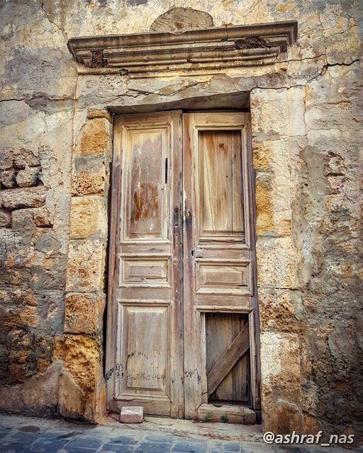 في باب غرقان بريحة الياسمينفي باب مشتاق في باب حزينفي باب مهجور أهلو منسي (Tyre, Lebanon)