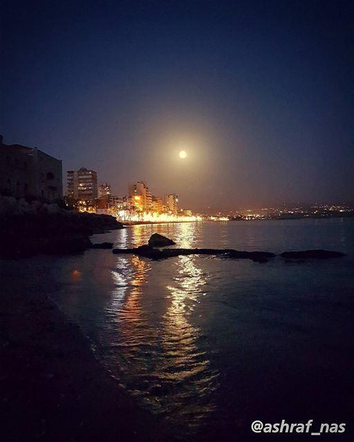 يا جبال العليانة العليانة حاكينيويا نجمة سهرانة سهرانة اذكريني...أنا على... (Tyre, Lebanon)