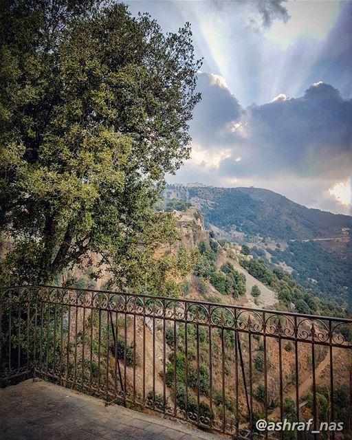 بيني وبينك سجر البنوحبّ الهال وزهر النوم...بيني وبينك تسع جبالوعرب وصحرا (Jezzîne, Al Janub, Lebanon)