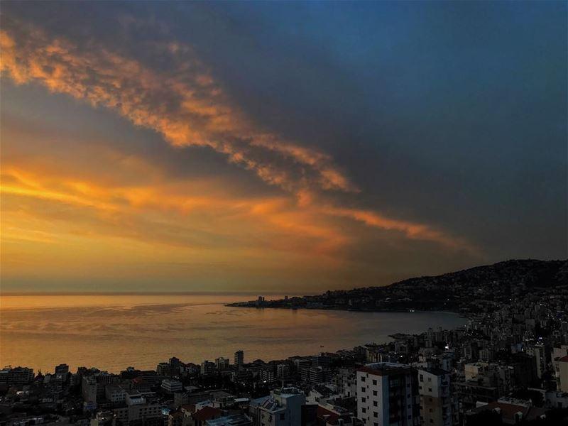 Friday's avant goût 🌅• beiruting beirut lebanon beirutcity downtown... (Joünié)