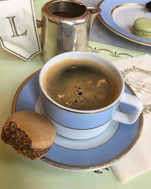 بحاجه الي كوب قهوه فهي كالخمر لمن ادمنها ....كالدواء لمن اعياه المرضوتصدع (Ladurée Beyrouth)
