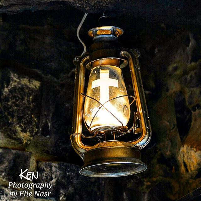 ...عدرا يا أمي قنديل السهرانينجمرة دفا للناس البردانينسلمناك النور لتهدي (St Charbel Aanaya)
