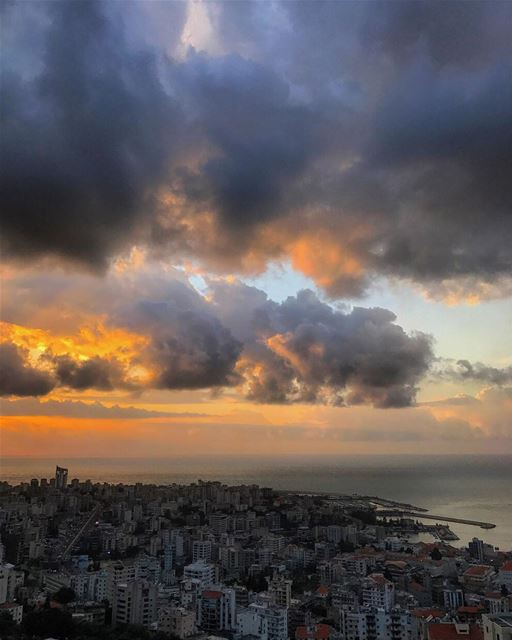 Looks like hell meeting heaven• beiruting beirut lebanon beirutcity ... (Joünié)