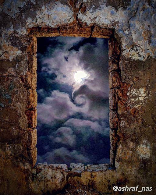 يا قَمَراً يطلع كلَّ مساءٍمن نافذة الكلِمَاتِ...يا آخرَ وطنٍ أُولَدُ فيهِ (Tyre, Lebanon)