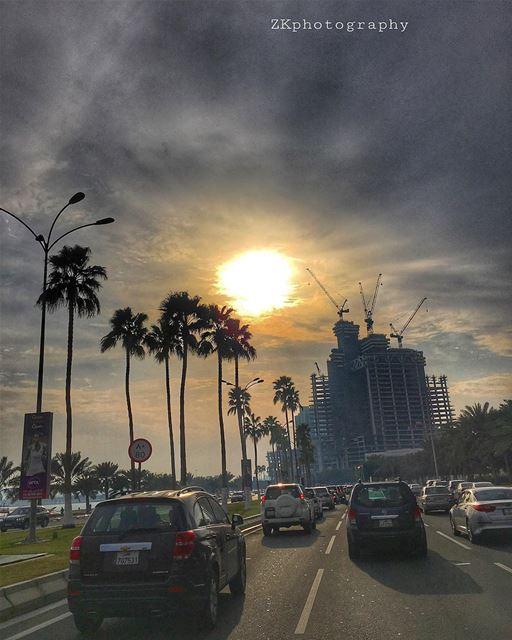 هناك حب يمر بنا فلا هو يدري ولا نحن ندري. •درويش • • amazing_qatar ... (Doha Corniche)