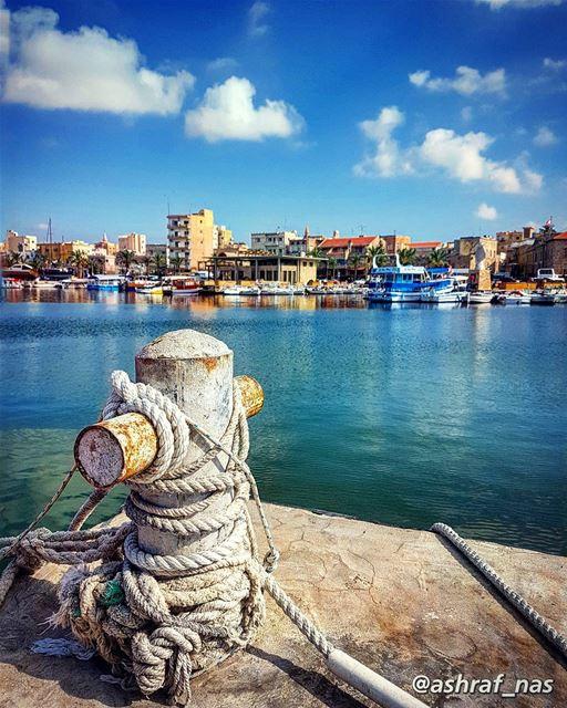 رجعوا البحارةوالريح مربوطة عالياطر...والبحر مزيح تزييحوقلبي الناطر ناطر. (Tyre, Lebanon)