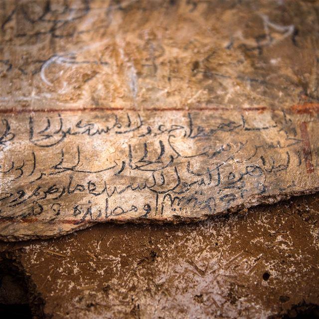 Jeden z monastyrow w Wadi Kadisha. Napis w skalnym kosciele maronickim (chr (Kadisha Valley)