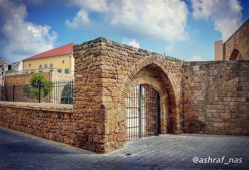 خليك لا تروح مشتاقة ليكخليك كتير حبيت عينيك...وما بعرف ليش وبغار عليكالل (Tyre, Lebanon)