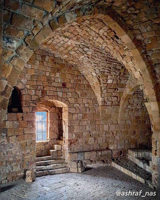 أتحدّى مفرداتِ الحبِّ في شتّى العصورْوالكتاباتِ على جدرانِ صيدونَ وصورْ... (Saida The Sea Castle)