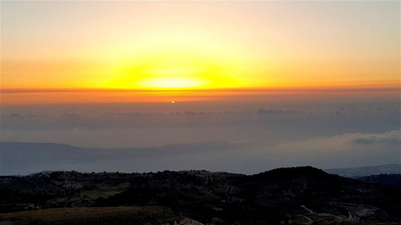 When the sun sets and your above the clouds... livelovesunsets ... (Sawaki - Meziara)