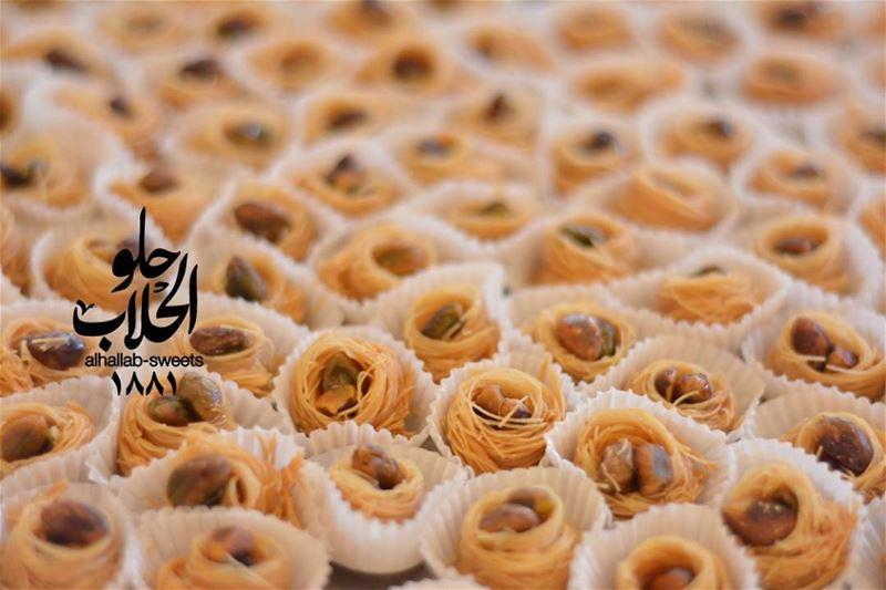 بقلاوة العيد على البواب 😍😋 ولا أطيب من هيك👌 رمضان_٢٠١٧ رمضان_كريم عش... (Abed Ghazi Hallab Sweets)