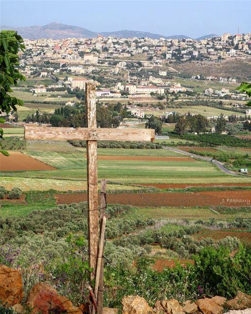 Keeping an eye over our villages ✝️ @livelovemarjeyoun .... canon... (Marjayoûn, Al Janub, Lebanon)