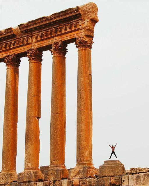 Desejando a todos uma sexta-feira feliz com esta inspiradora fotografia... (Baalbek Ruins)