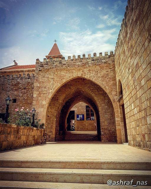 بيتي أنا بيتك وما الي حدامن كتر ما ناديتك وسع المدى... livelovetyre ... (Tyre, Lebanon)