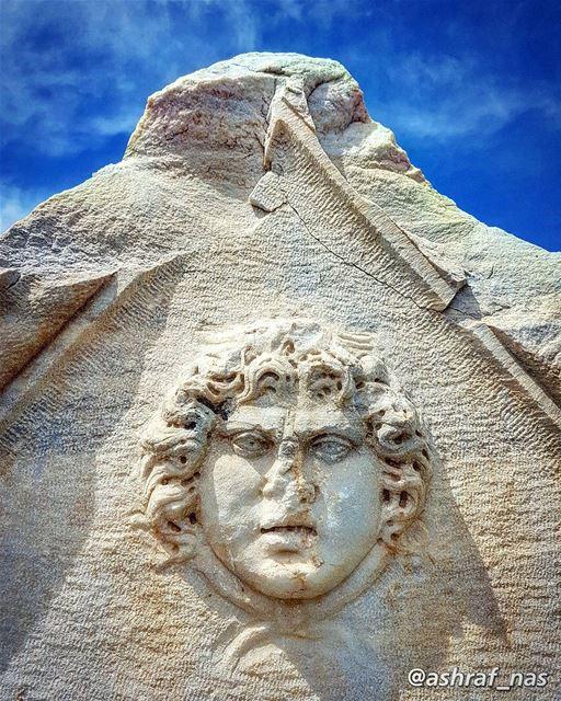 شجر أراضيك سواعد أهلي شجّرواوحجار حفافيك وجوه جدودي الـ عمّروا...وعاشوا ف (Roman ruins in Tyre)