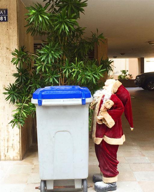 """Spotted in hazmieh 😉on vide le grenier ????!!!Chou """"Père Noël est une..."""