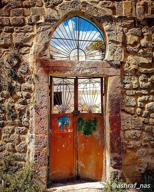 ستي يا ستي، اشتقتلك يا ستيعلّي صوتك، صوتك بعيد...جايي من الكرم، جايي من ا (Tyre, Lebanon)
