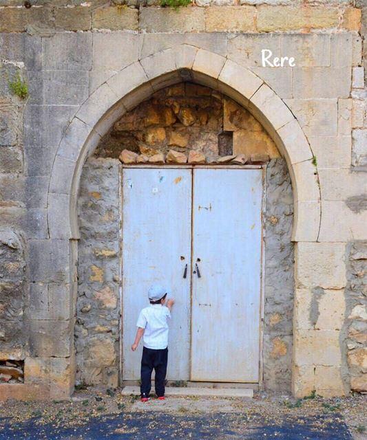 طرقت الباب كطفلة، و قد انهكني الطرق، و ظللت اطرقه طالبة العفو، حتى رمان (Abey, Mont-Liban, Lebanon)