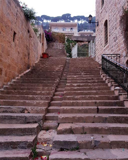 J'ai la nostalgie d'une de ces vieilles routes qui mènent hors des... (Dayr Al Qamar, Mont-Liban, Lebanon)